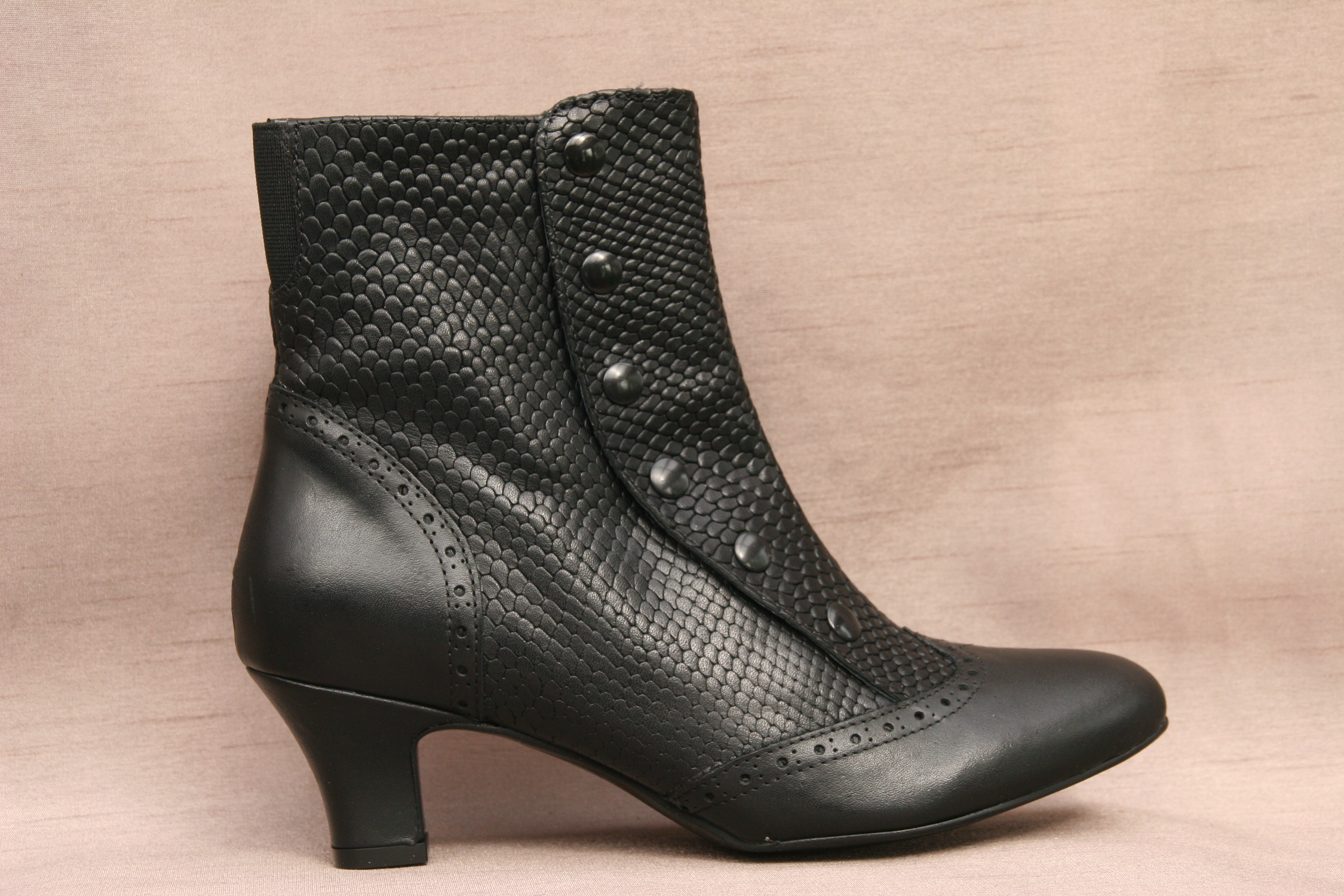SPATS (Black Fine)EXQUISITE LEATHER UPPER WITH NOSTALGIC BROGUE